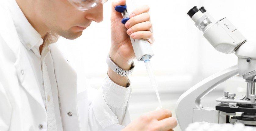 Badania naukowe. Doktor bada próbki w laboratorium.