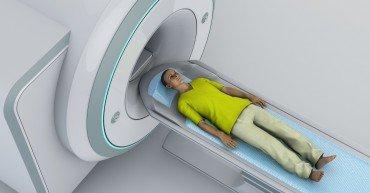 Tomografia computerizzata, radiologia, Tac, radiodiagnostica, riproduzione di immagini in sezione dell'anatomia. Giovane paziente sdraiato pronto per una tomografia assiale computerizzata